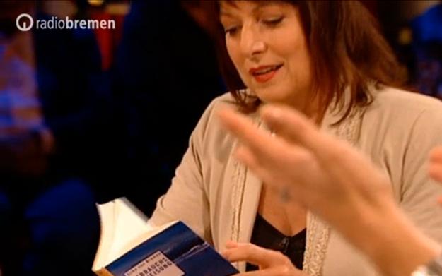 """Gabriele Pauli studiert Silke von Bremens """"Gebrauchsanweisung für Sylt"""""""