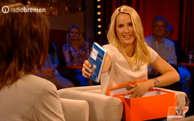 """Judith Rakers überreicht Gabriele Pauli Silke von Bremens """"Gebrauchsanweisung für Sylt"""""""